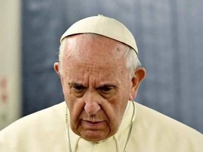 Papa Francisco remueve a obispo con esposa, hijo y vida de lujo