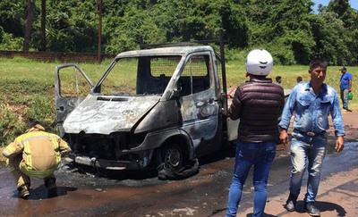 Vehículo arde en plena marcha