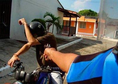 Le robaron su moto mientras tomaba tereré