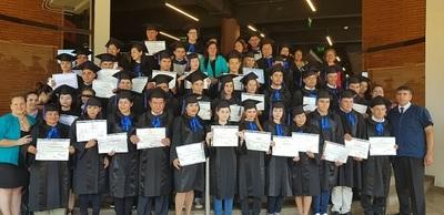 Se gradúan 48 jóvenes y adultos de colegio interno de reconocido supermercado