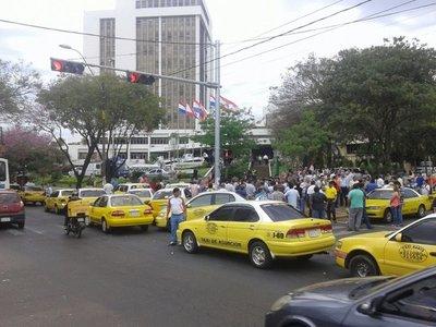 """Taxistas denuncian ser """"humillados y marginados"""""""