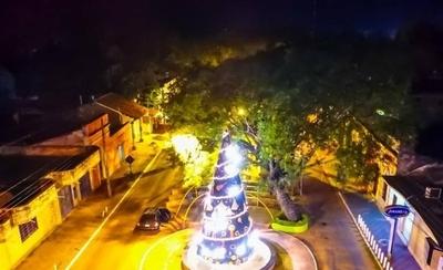 HOY / En el corazón de Ybycuí, un árbol tejido a mano es la atracción
