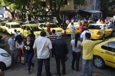 Taxistas atacan a periodistas y policías
