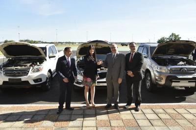 Senabico entrega tres vehículos decomisados al Gabinete Civil