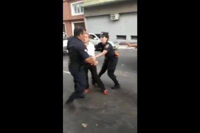 Abogada fue reducida abruptamente por policías en la vía pública