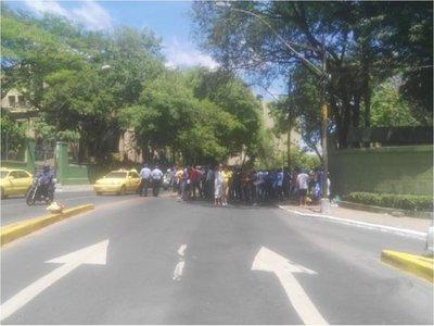Choferes de la Línea 18 se manifiestan con Paraguayo Cubas