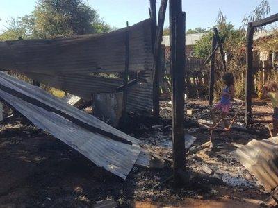 Mujer perdió todas sus cosas en incendio de su precaria vivienda