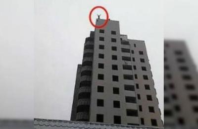 Niño de 15 años muere frente a su madre tras saltar de una torre con un paracaídas casero
