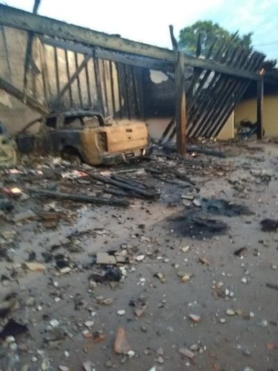 Atacan viviendas con potentes explosivos y se aseguraron que no haya víctimas fatales