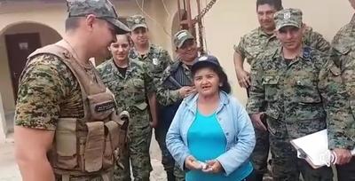 """Horqueta: Policias entregan aporte a """"Ña Julia"""""""