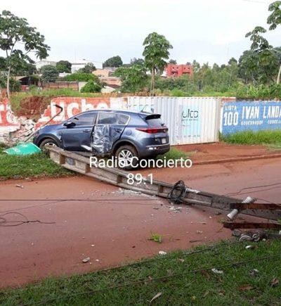Conductor derriba columna y abandona camioneta en Pablo Rojas
