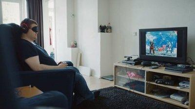 Joven invidente recorre el mundo de mano de los videojuegos
