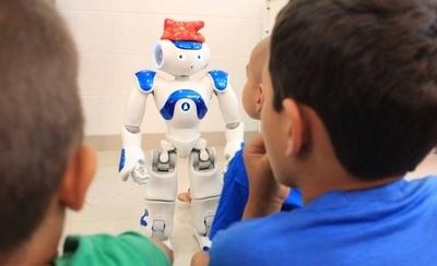 HOY / Los robots Pepper y Nao de  Itaipú 'revolucionan' a niños del  Pediátrico Acosta Ñu