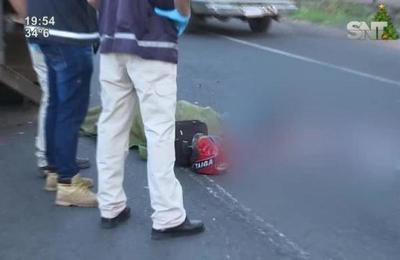 Accidente fatal en Ñemby: motocicleta chocó contra un camión