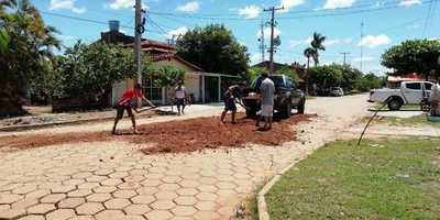 Cansados de reclamar, vecinos deciden arreglar calles