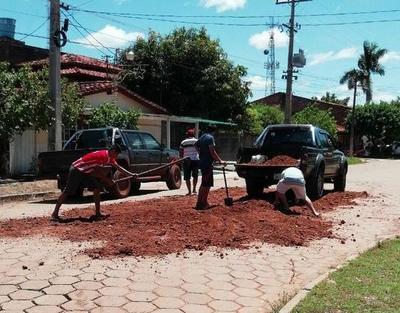 Vergüenza: concejal de otro municipio repara calle de Concepción