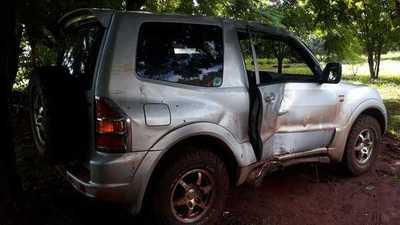 Conductor choca contra árbol y abandona su camioneta