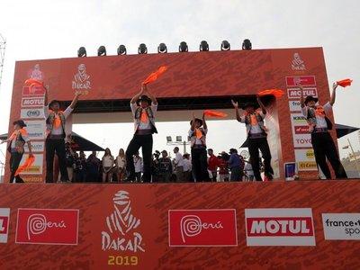 La caravana del rally Dakar desfila por las playas de Lima