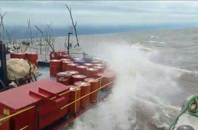 Tras tormenta remolcador se hunde parcialmente en aguas del Rio Paraná