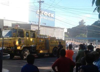 Acuden ante llamado de incendio en supermercado de Itá