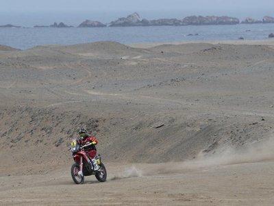 Barreda sigue dominando en motos y De Villiers es líder en coches