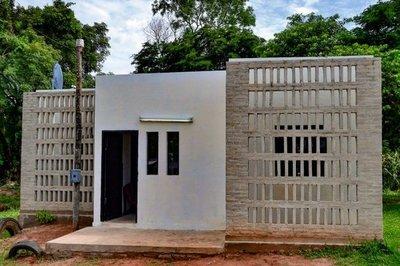 Construyeron casa en Capiatá con ladrillos de plástico reciclado y cemento