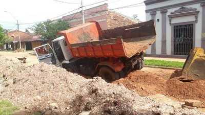Camión municipal trancado en plena calle céntrica
