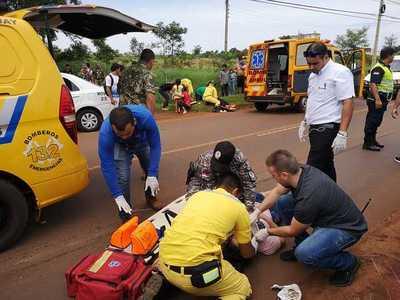 Motociclista choca contra parte trasera de un automóvil y sufre graves heridas