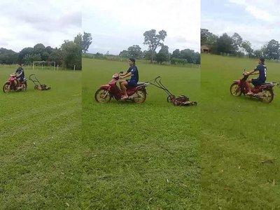 Corta el pasto sobre una moto y es viral