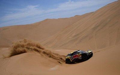 Sébastien Loeb reacciona en el Dakar