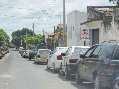 """En Fernando conductores ignoran carteles de """"Prohibido estacionar"""""""