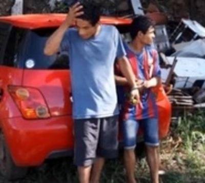 Caen dos sujetos que tenían un automóvil robado
