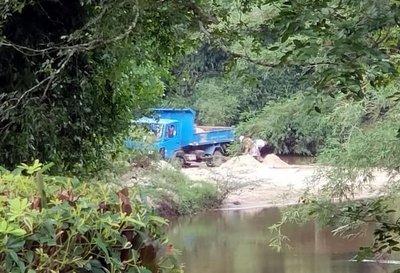 Extracción indiscriminada de arena del río Yhaguy en zona de Itacurubí