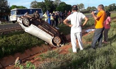 Mueren dos jóvenes tras volcar en Caaguazú