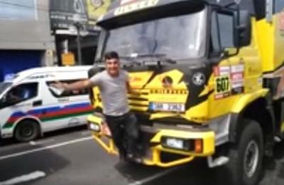 Aficionado quería tomarse una foto con un camión del Dakar pero lo rompió
