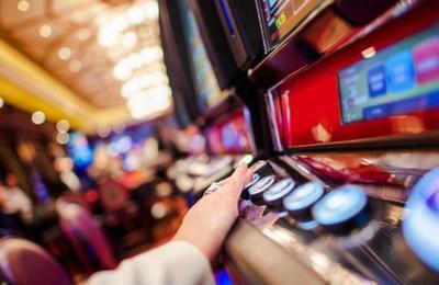Mujer gana miles de dólares en el casino pero en segundos los pierde por un 'pequeño' error