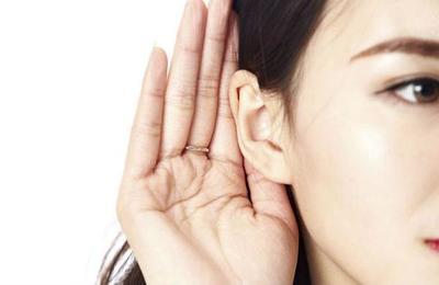 Mujer sufre rara enfermedad y deja de escuchar las voces de los hombres