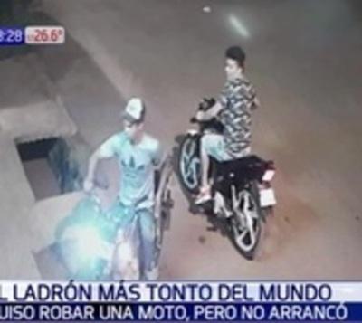 Joven ahuyenta a ladrones con una bicicleta