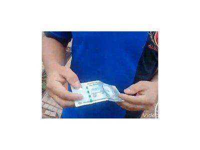 Cajero le dio un billete falso