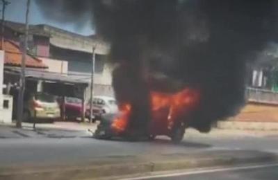 Vehículo ardió en llamas sobre la Av. Choferes del Chaco