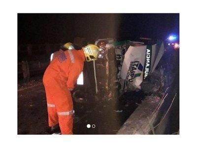 Una ambulancia volcó y paciente se salvó de milagro