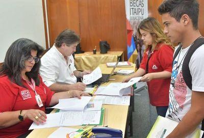 Becas Itaipú: Postulación de mujeres duplica la de hombres