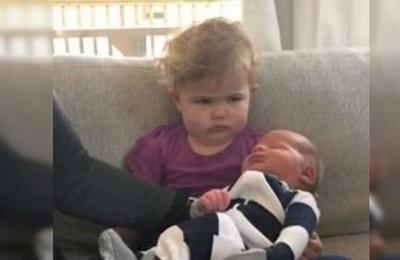 Niña recibe a su nuevo hermano con la peor cara del mundo y se vuelve viral
