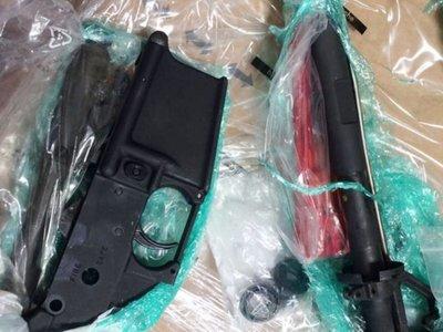 Aduanas decomisa piezas de armas ingresadas bajo envíos de courier