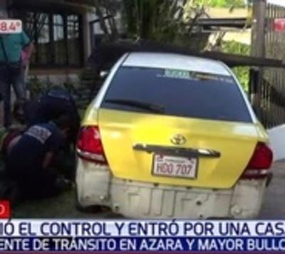 Roce hace perder control a taxi y choca contra portón en Asunción