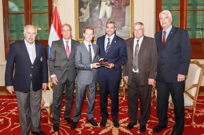 Ganador de competencia motor en Dubai fue recibido por el mandatario