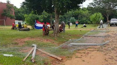 Derribaron postes con alambrado porque quieren el predio para plaza pública