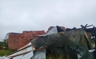 HOY / Temporal deja varias casas destechadas en Pilar