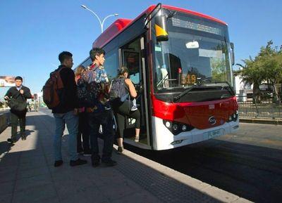 Autobuses eléctricos circulan ya por las calles de Santiago