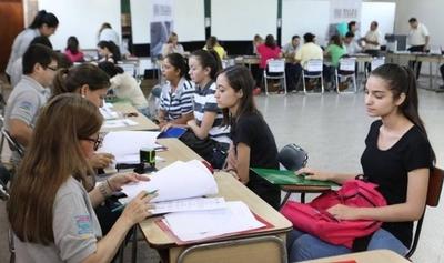 HOY / Con masiva afluencia de postulantes, prosigue recepción de documentos para Becas Itaipú